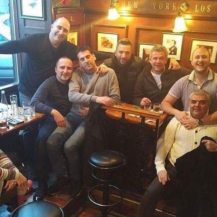 Milan Pavlović Mane u svom kafiću ''Lexington'' sa svojim prijateljima, Nebojša Glogovac