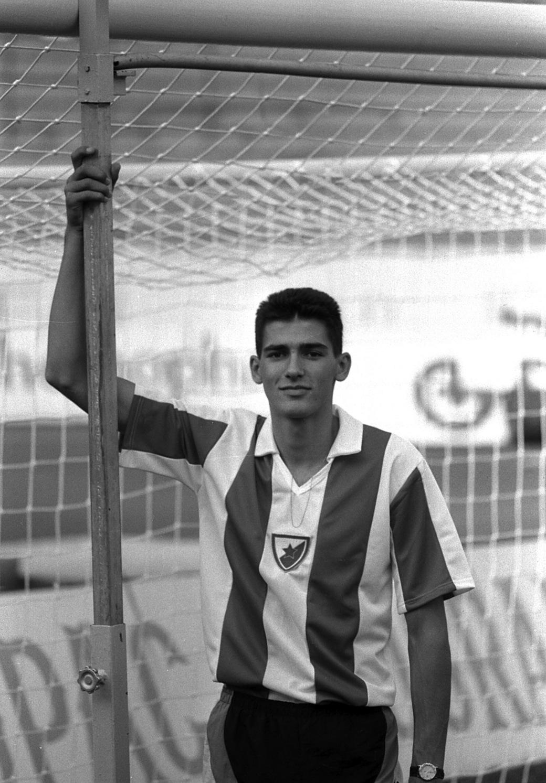 Dragutin Topić - pokazuje visinu koju je preskočio u odnosu na gol