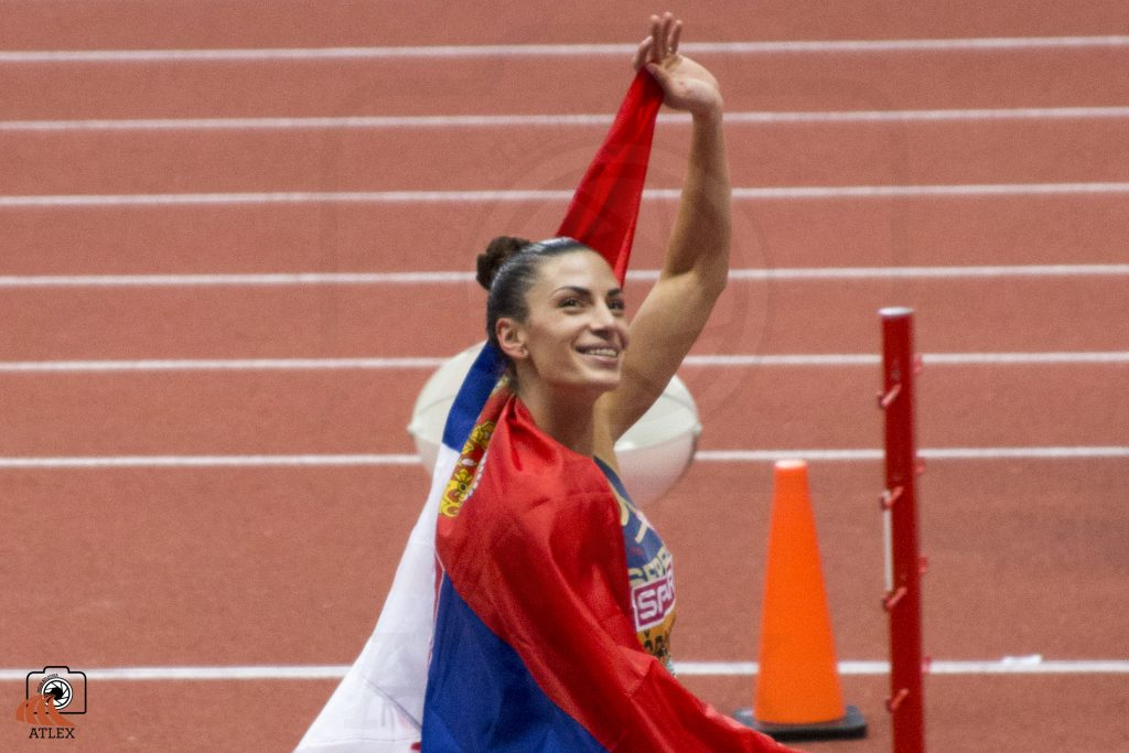 Ivana Španović sa srpskom zaastavom