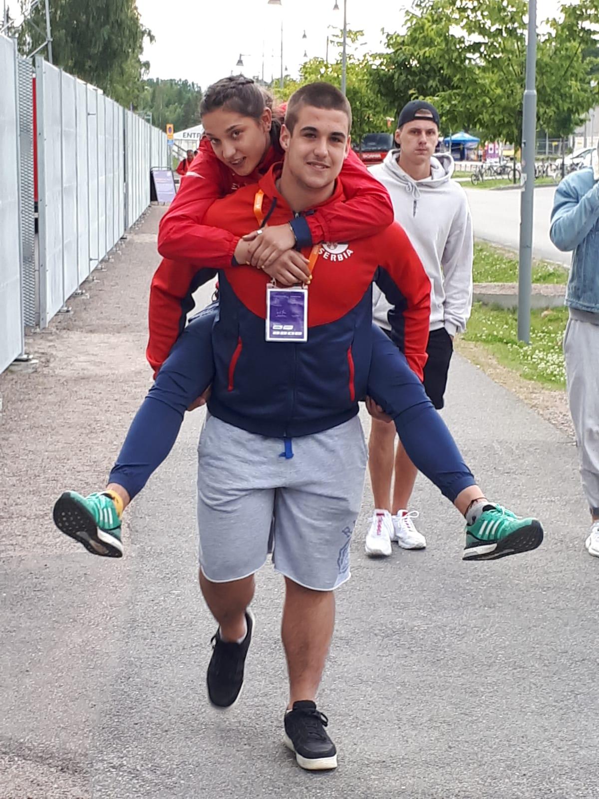 Veljko Nedeljković nosi Milicu Gardašević nakon povrede