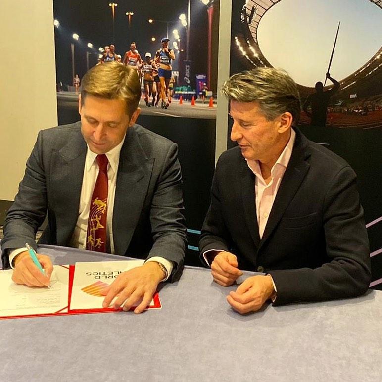 Veselin Jevrosimović i Sebastijan Kou potpisuju memorandum o organizaciji dvoranskog Svetskog prvenstva 2022. u Beogradu
