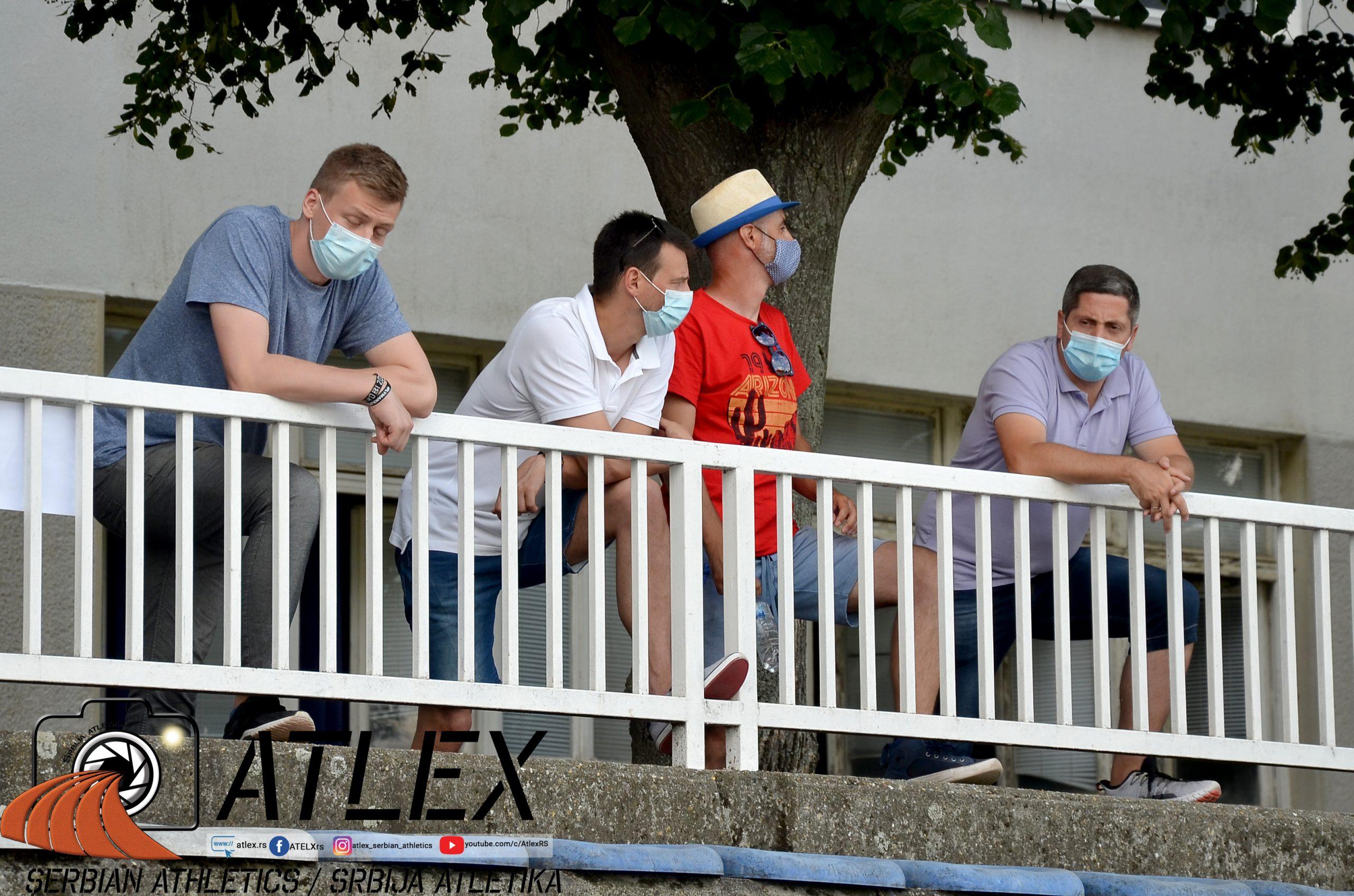 nošenje maski u publici na atletskom takmičenju