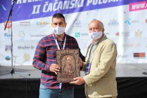 Miloš Stevanić direktor SC Mladost, poklon mu uručuje Svetislav Lj Marković predsednik AK ČAAK